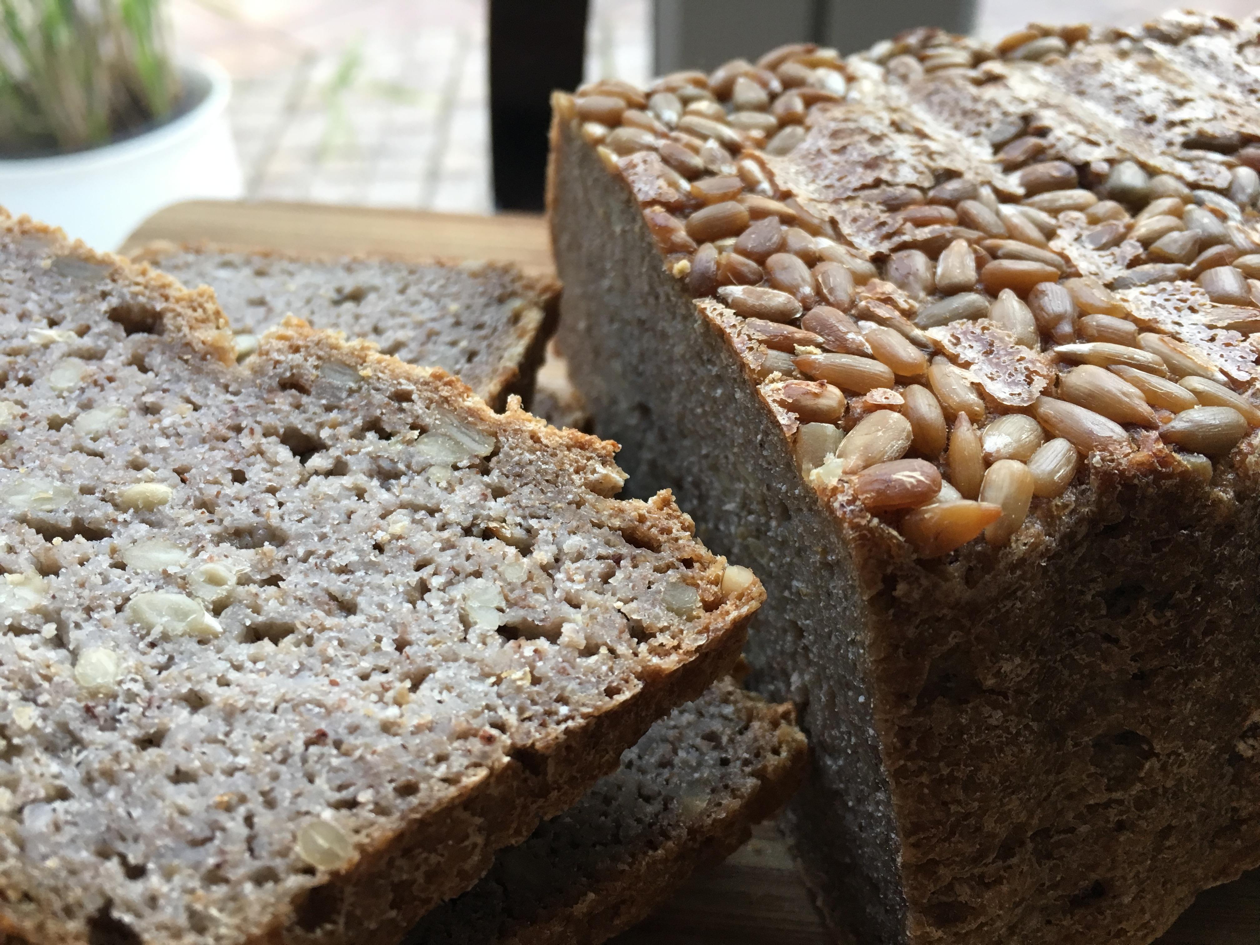 Gryczany chleb bez drożdży z pastą z bakłażana