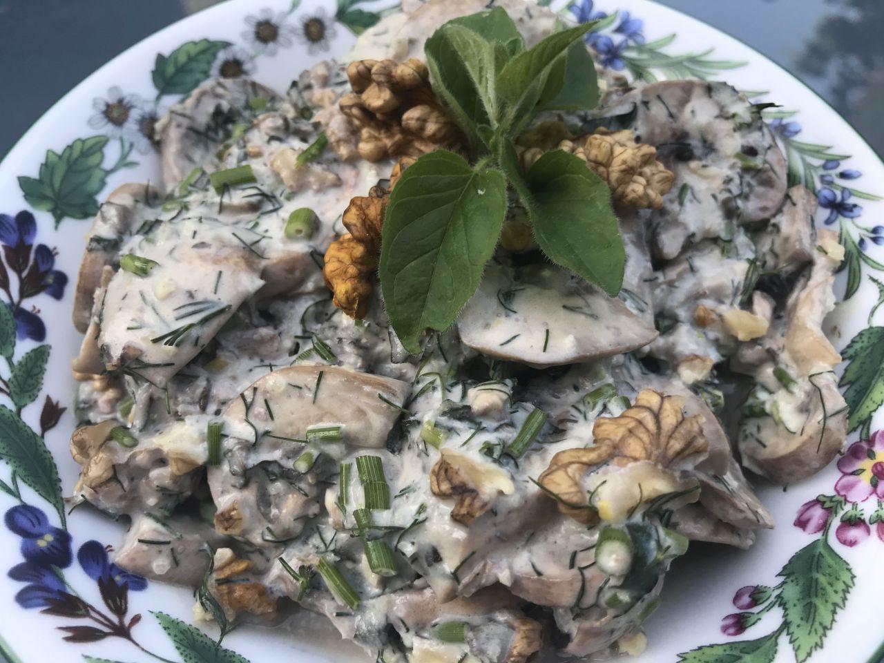 Sałatka z marnowanych pieczarek z orzechami